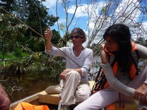 Elsa Cayat: la pêche aux piranas  - Terre de Colibris - Pérou 2013